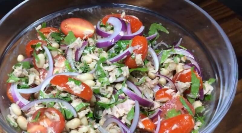 Салат с фасолью, консервированным тунцом и помидорами