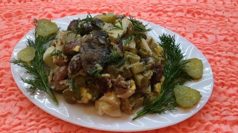 Салат с фасолью, жареными грибами и солеными огурцами