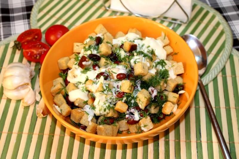 Салат с консервированной фасолью и сухариками — простой и вкусный рецепт
