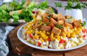 Салат с сухариками — 20 очень вкусных и простых рецептов