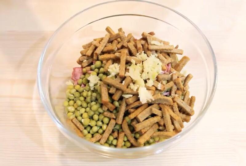 добавляем сухарики и чеснок