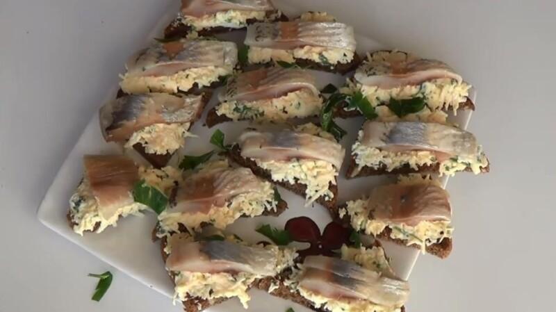 Бутерброды из бородинского хлеба с селедкой в виде треугольника