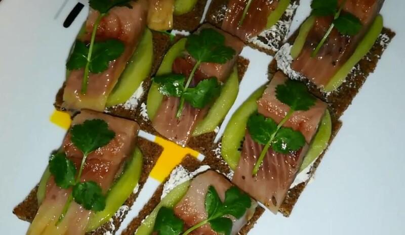 Бутерброды с киви и селедкой к праздничному столу