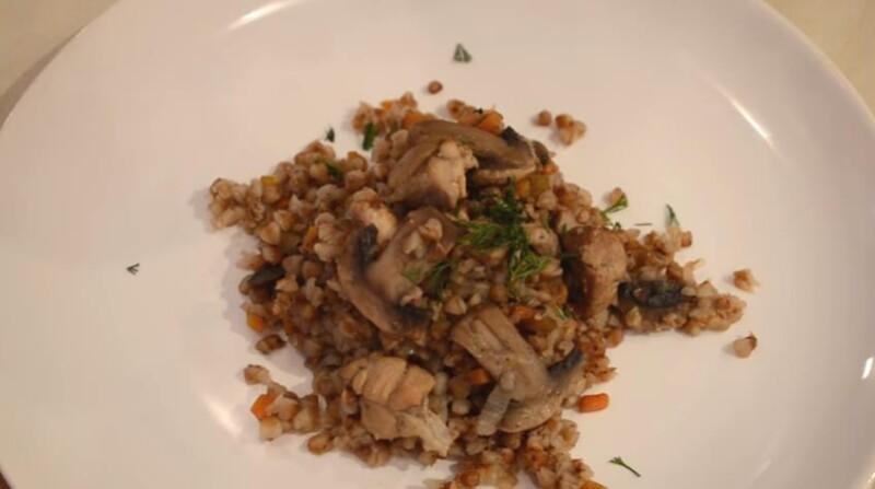 Гречневая каша по-купечески с грибами и мясом на сковороде