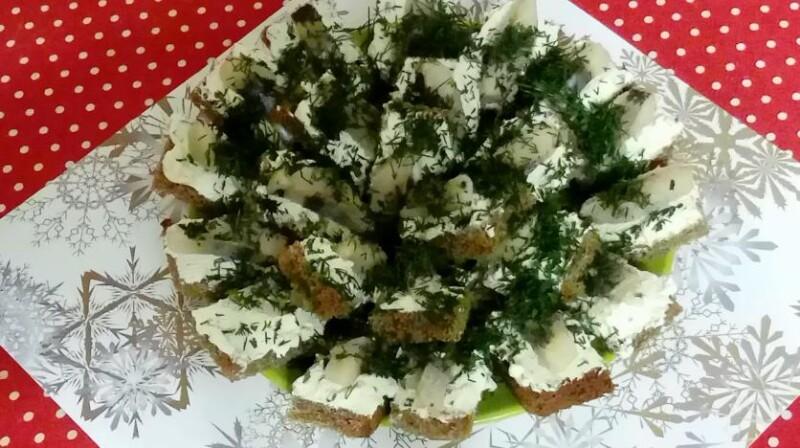Простые бутерброды с селедкой и творожным сыром