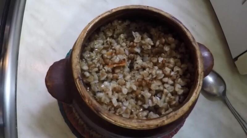 Рецепт гречневой каши с мясом, луком и морковью в горшочках