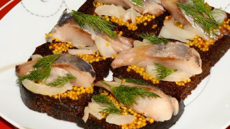 Вкусные бутерброды с селедкой, горчицей и луком