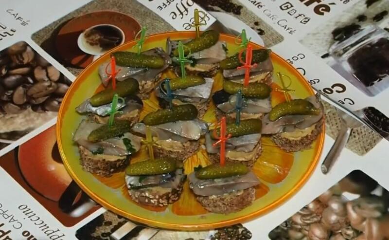 Закусочные бутерброды с селедкой и маринованным (соленым) огурцом