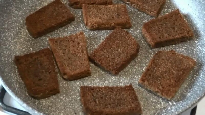 обжарить хлеб на сковородке