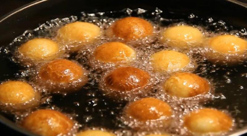 обжарить пончики в масле