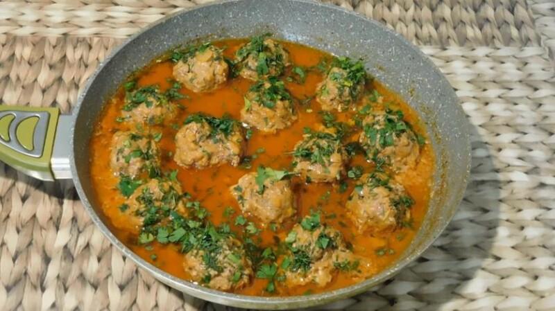 Фрикадельки с подливкой на сковороде в томатном соусе