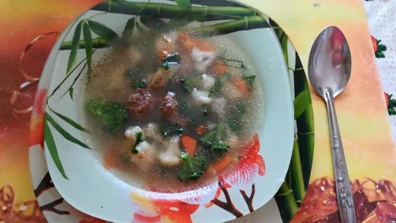 Овощной суп с фрикадельками и капустой брокколи