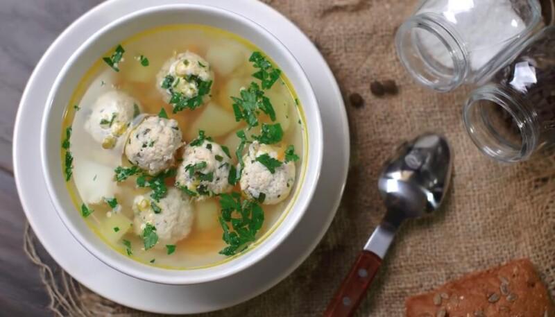 Простой суп с куриными фрикадельками и картошкой