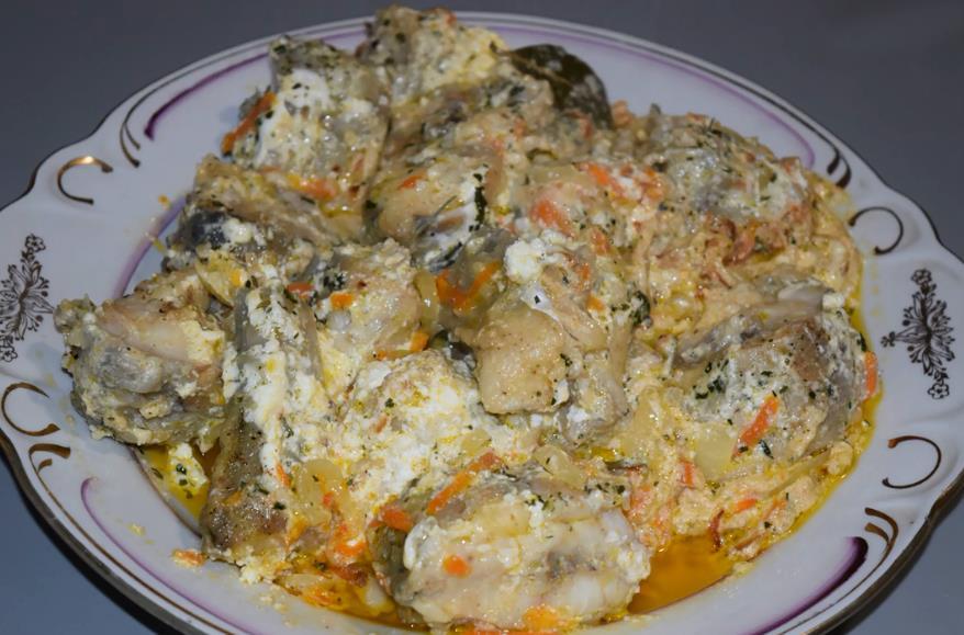 Минтай тушеный в сметане с луком и морковью на сковороде