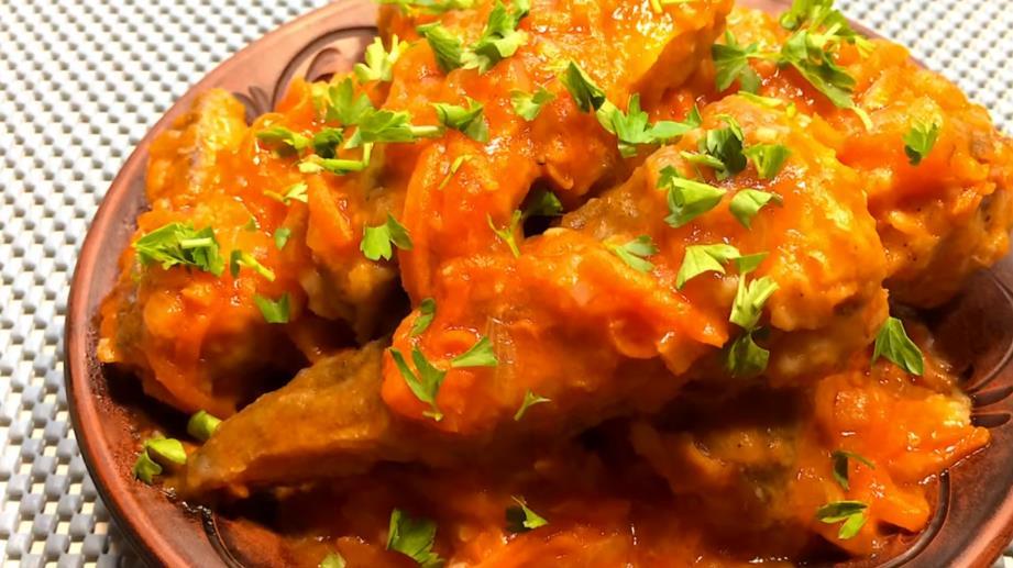 Рецепт минтая на сковороде в томатном соусе с морковью и луком