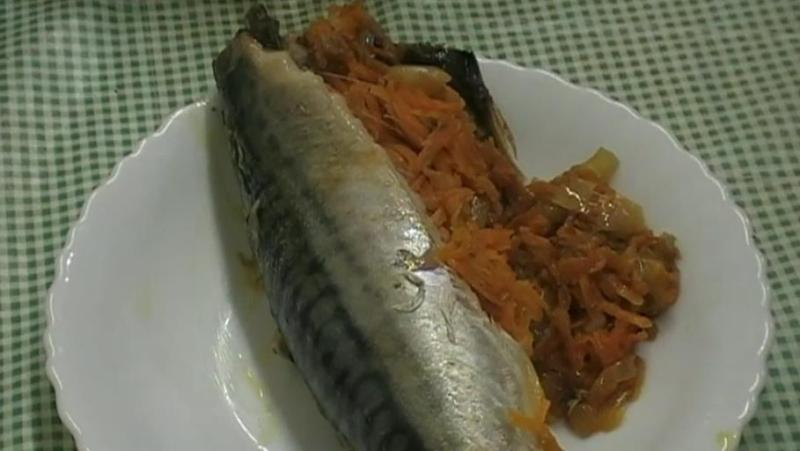 Скумбрия в духовке с морковью и луком — вкусный рецепт с фото