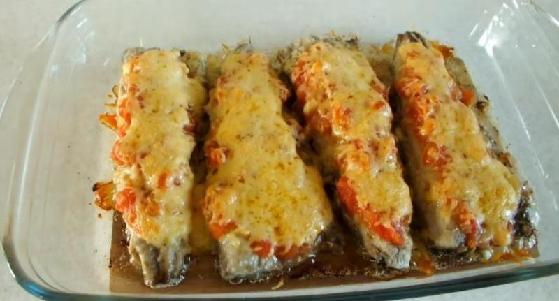 Скумбрия, запеченная в духовке с помидорами и сыром в сметане