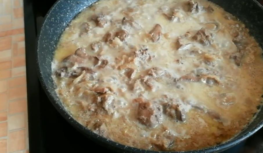 Тушеная куриная печень с морковью и луком в сметане – рецепт на сковороде