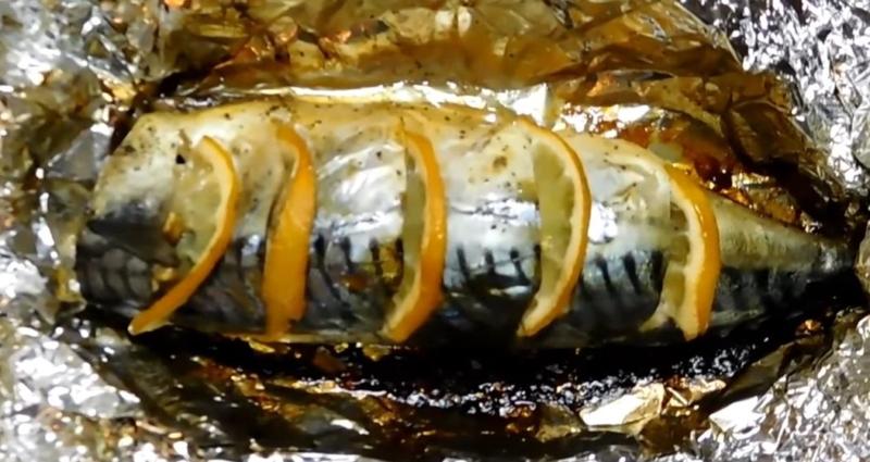 Вкусная скумбрия в духовке с лимоном и луком в фольге