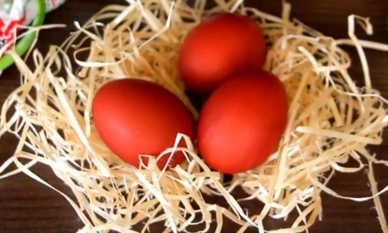 Как красить яйца в луковой шелухе на Пасху, чтобы не потрескались