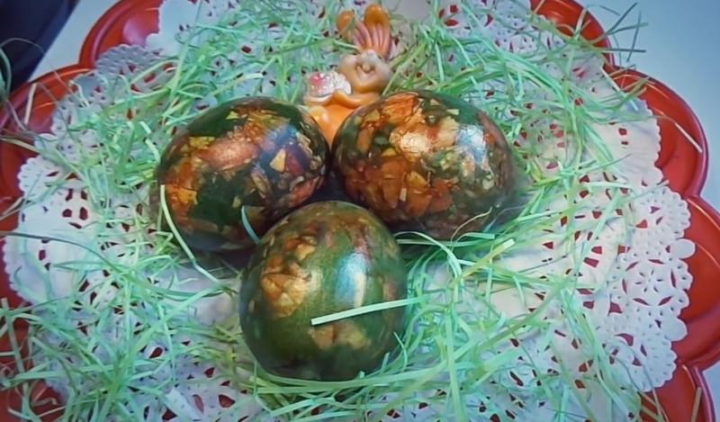 Мраморные яйца в луковой шелухе с зеленкой — как покрасить на Пасху своими руками