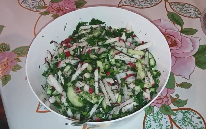 Быстрый салат из редиски с зеленым луком и укропом