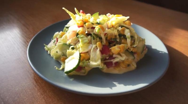 Классический салат из редиски с капустой и кукурузой