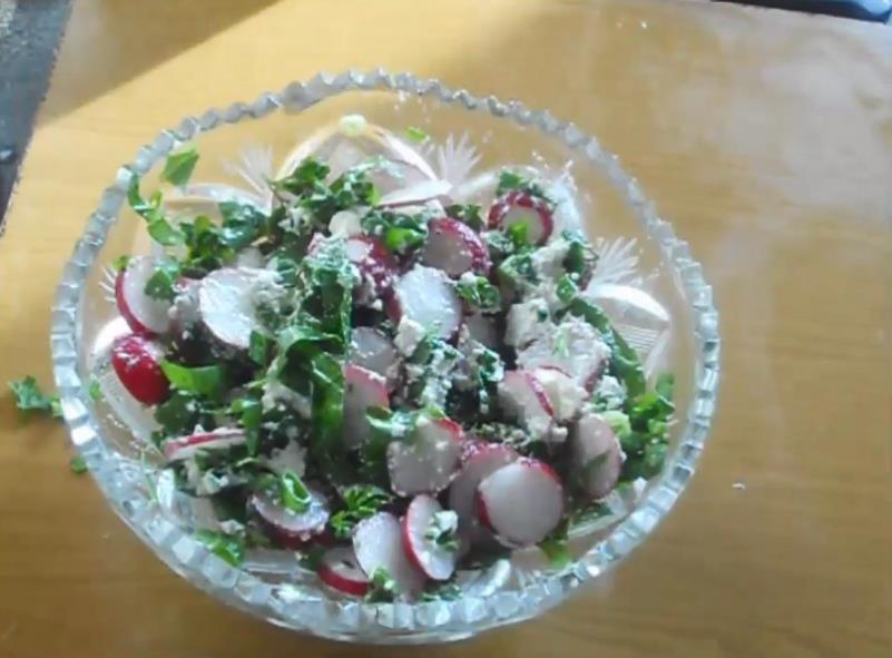 Необычный салат из редиса с творогом и яйцом