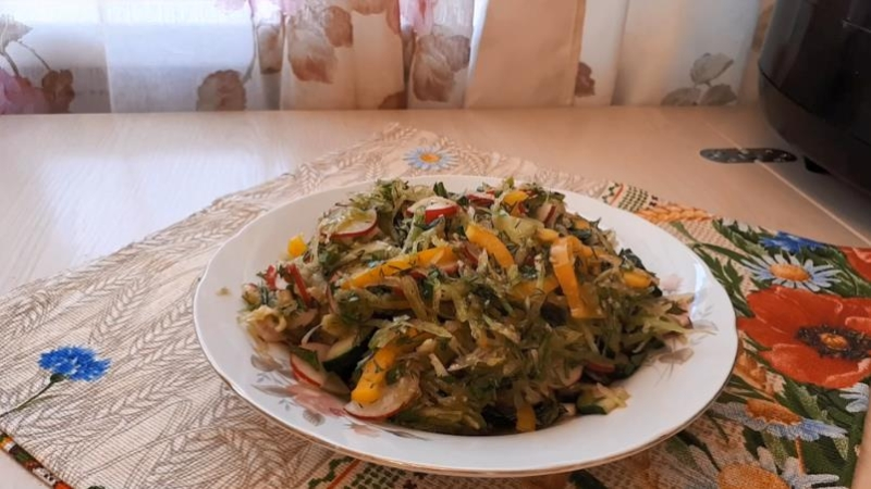 Салат из редиски с болгарским перцем и огурцами