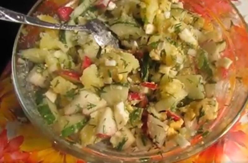 Салат с редиской, картошкой и яйцом
