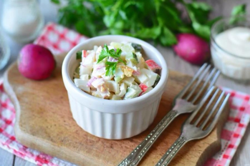 Салат с редиской, крабовыми палочками и яйцами