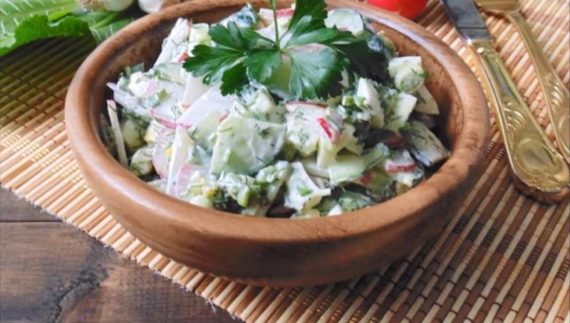 Салат с редиской, огурцом, яйцом и зеленым луком