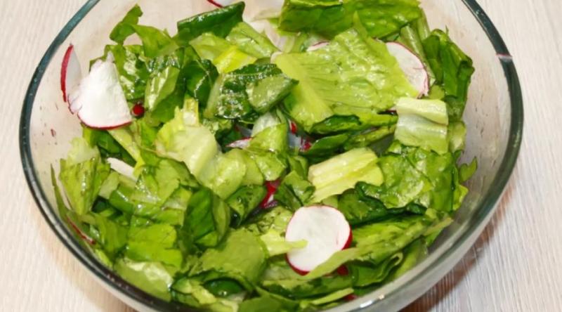 Сочный салат из редиски с листьями салата