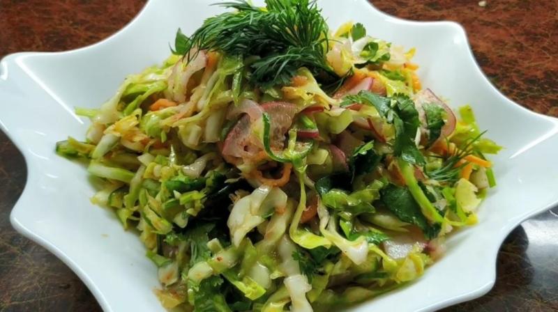 Весенний салат из редиса с капустой и морковью
