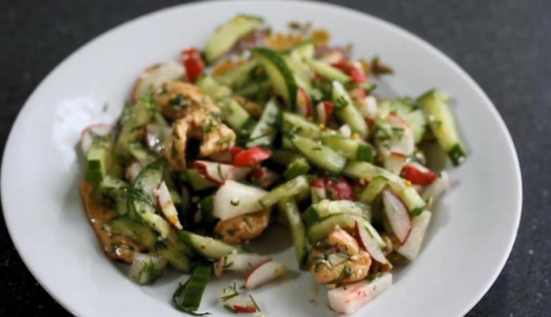 Витаминный салат со щавелем и редиской