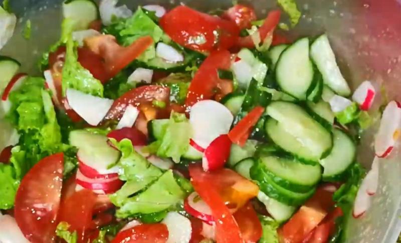 Вкусный салат из редиски и огурцов с растительным маслом