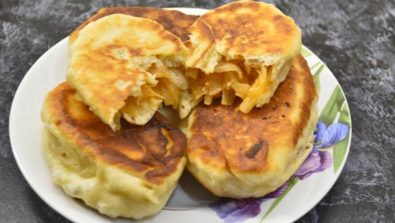 Жареные пирожки с капустой на сковороде на дрожжах и молоке