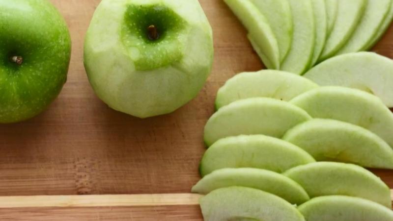 очистить и нарезать яблоко